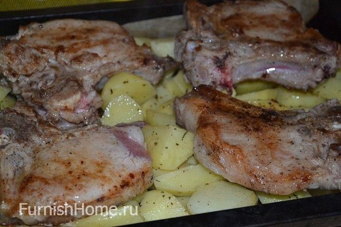 Подберите для приготовления такого антрекота свежий кусочек свиной вырезки на кости, промойте его в холодной воде, высушите и слегка охладите.