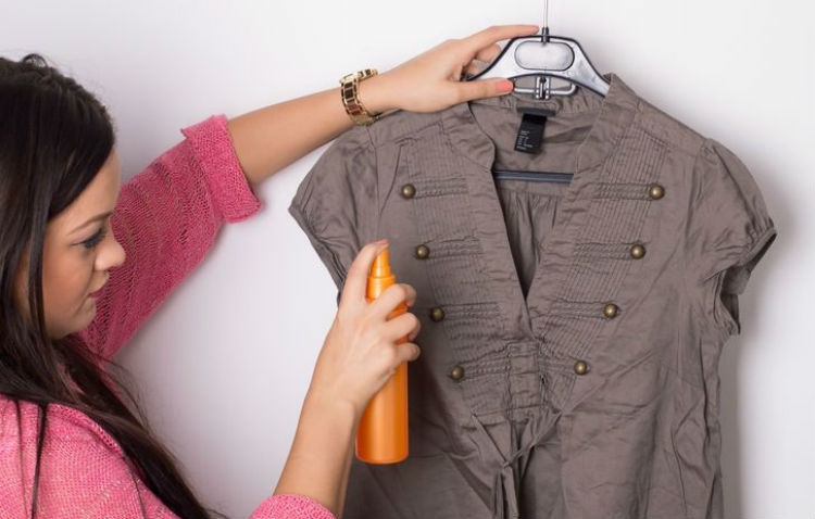 Взбрызните одежду, а потом положите ее в сушилку