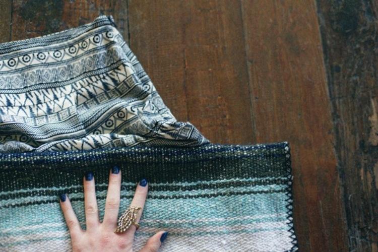 Поместите влажное полотенце над одеждой и распрямите морщины
