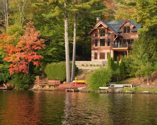 Каркасный дом, построенный в лесу
