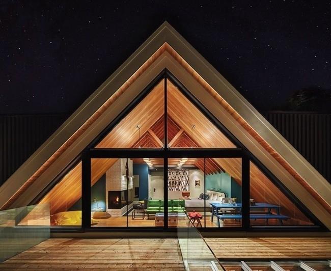 Необычный треугольный фасад каркасного дома