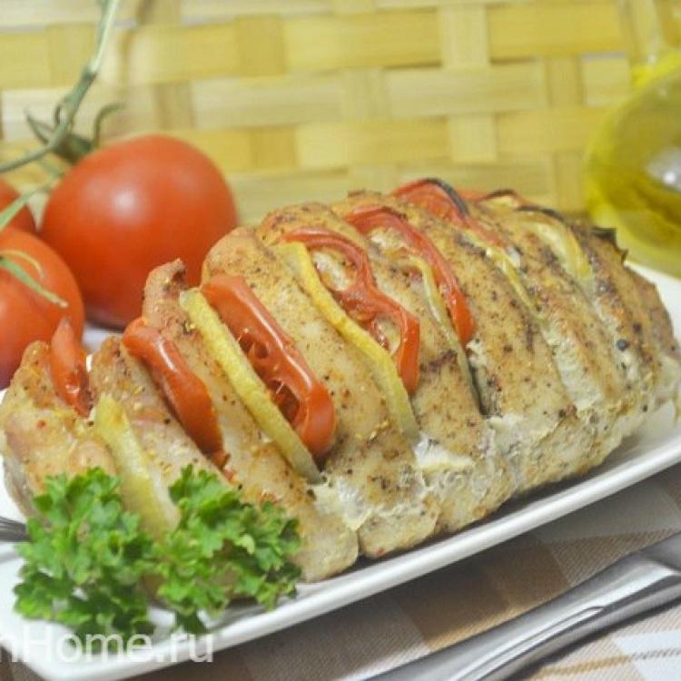 Запеченная индейка «Гармошка» с луком и помидорами