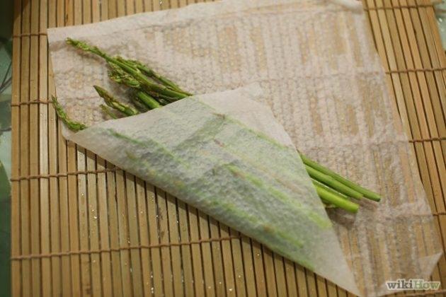 Используйте влажное бумажное полотенце, когда готовите в микроволновке