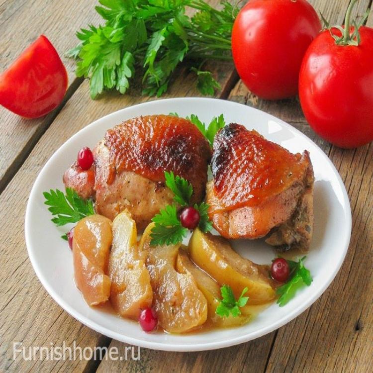 Куриные бедрышки с яблоками и клюквой в духовке