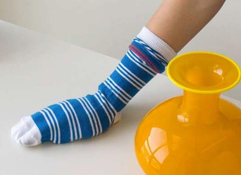 Используйте носки как тряпки для пыли