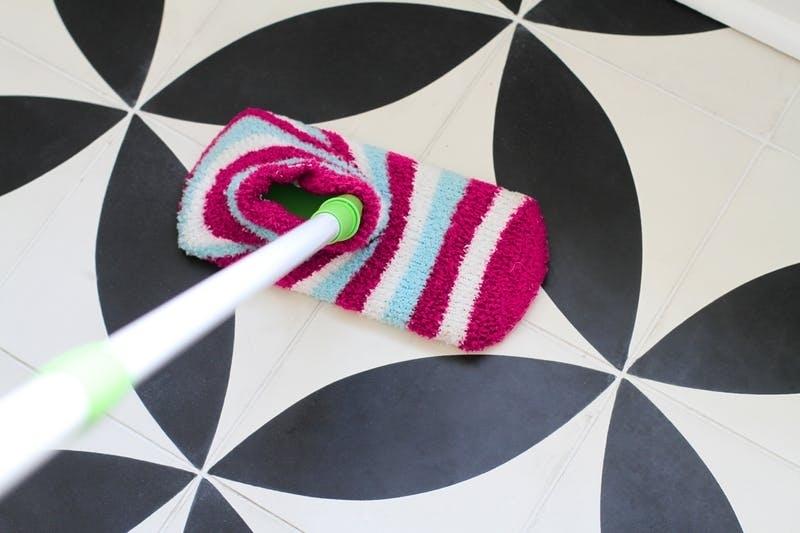 Используйте носки как насадку для швабры