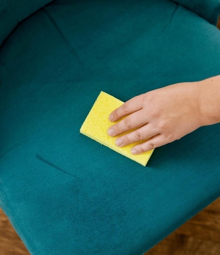 Используйте губку для удаления шерсти питомцев