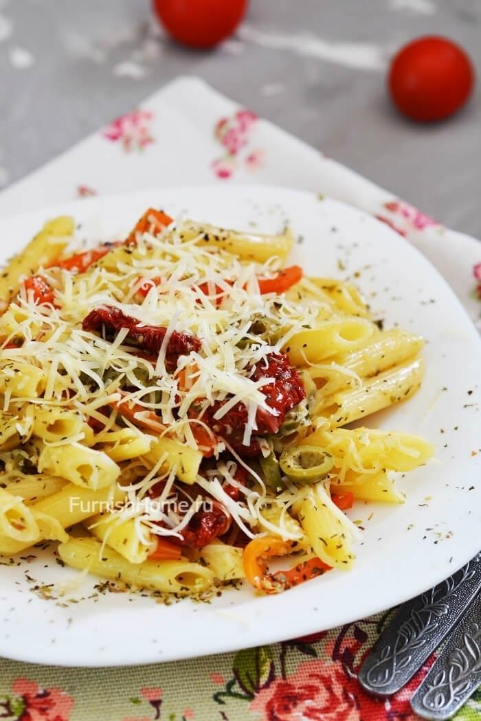 Паста с вялеными томатами, оливками и сладким перцем