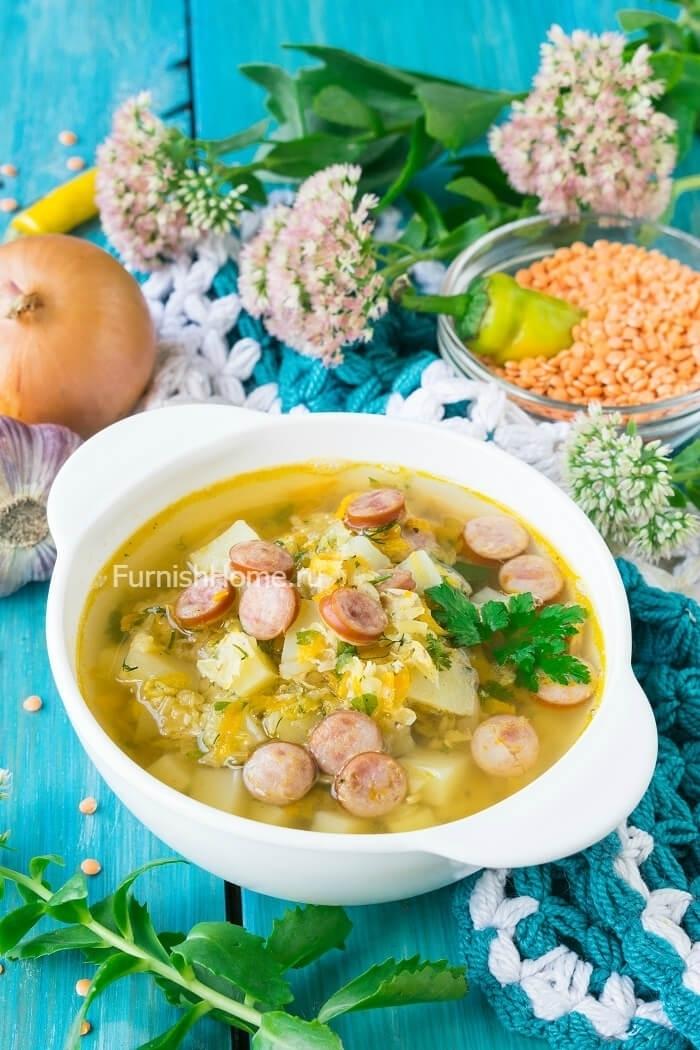 Чечевичный суп с охотничьими колбасками на курином бульоне