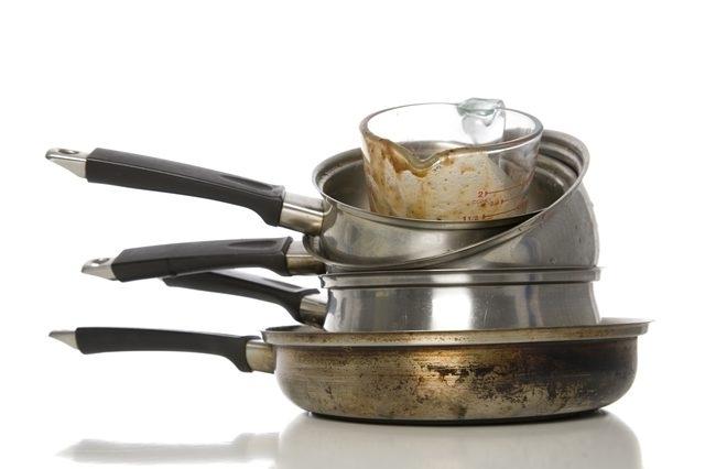 Удалить жирные пятна с кастрюль и сковородок