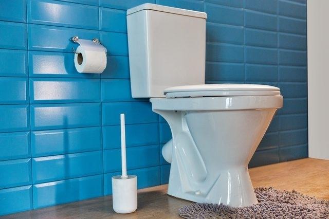 Очистите туалеты и стоки