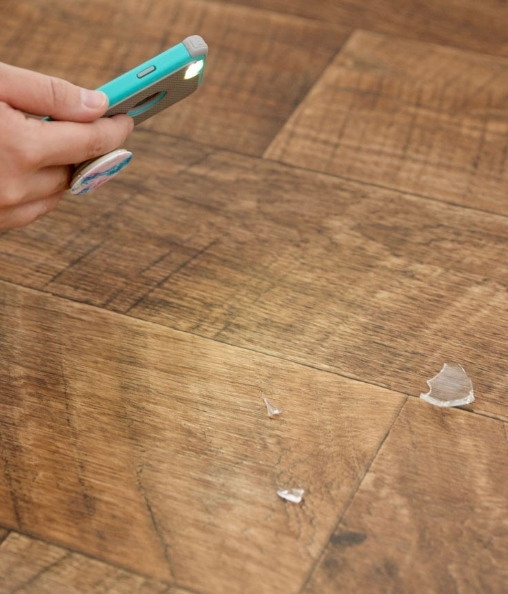 Найдите кусочки стекла с помощью фонарика