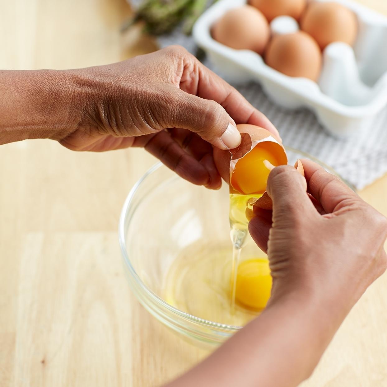 Как лучше разбить яйцо