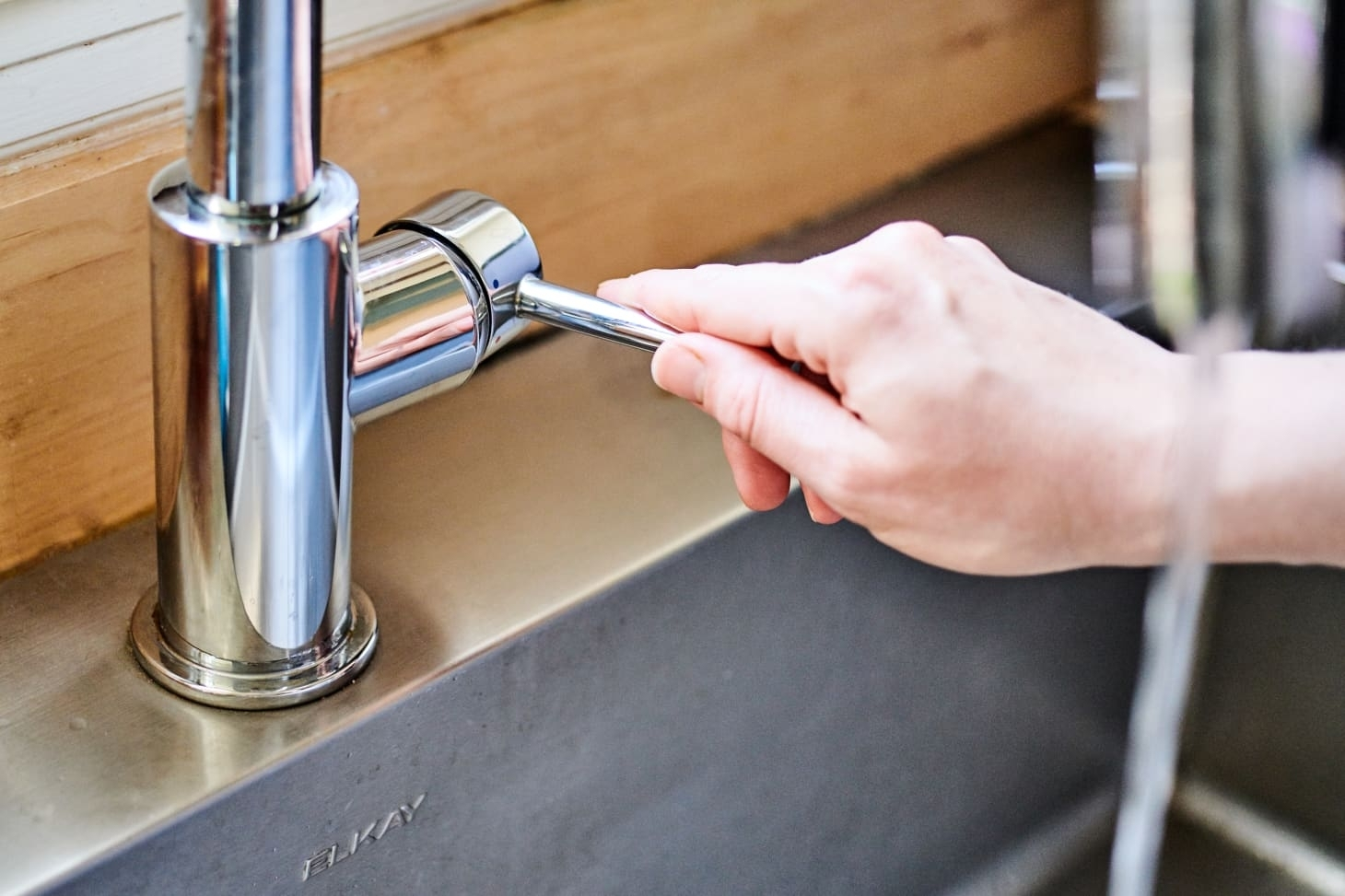 Почему вам следует наливать немного моющего средства для посуды в сток