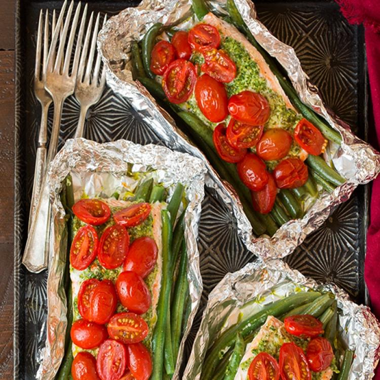 Лосось, запеченный в фольге с итальянскими овощами и соусом песто